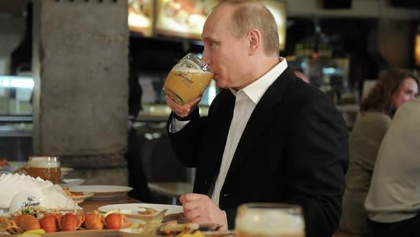 Путин пьет только свое пиво (иллюстрация)