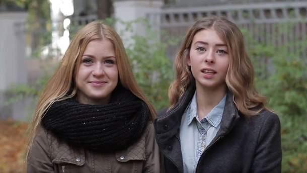 Девушки приветствуют украинских защитников