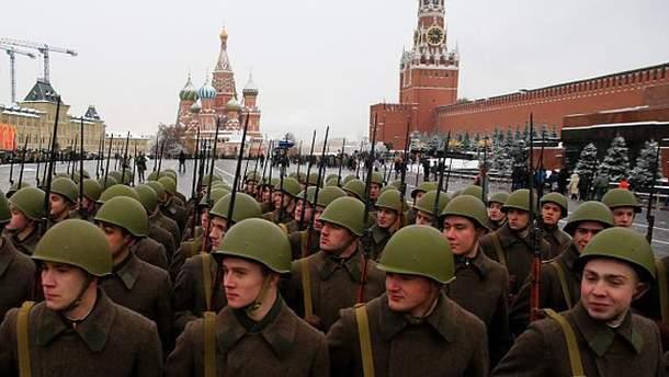 Российские военные на фоне Кремля