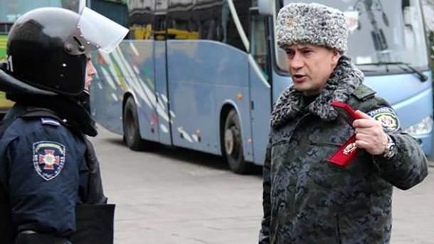 Станислав Шуляк (справа) дает приказы