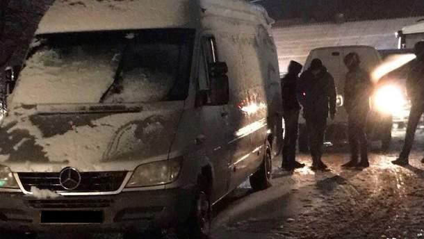 Зловмисники намагалися провести 4 мікроавтобуси контрабанди