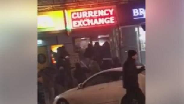 Невідомі розгромили пункт обміну валют