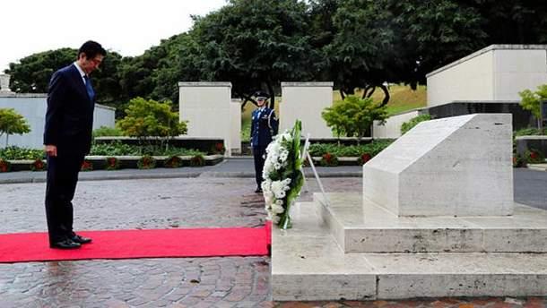 Сіндзо Абе на кладовищі на Гаваях