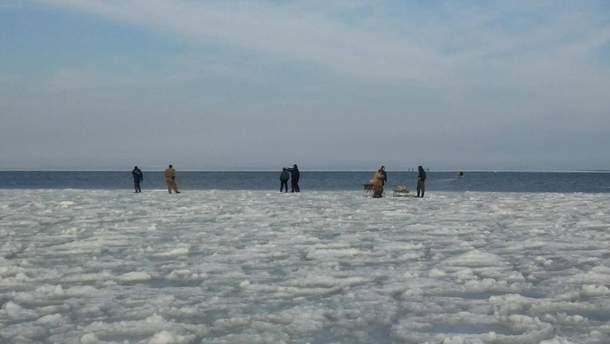 Рыбаки и спасатели на льду