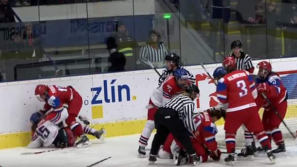 Російські хокеїстки б'ють суперниць