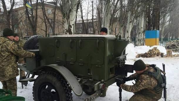 Українські військові допомагають мешканцям Авдіївки