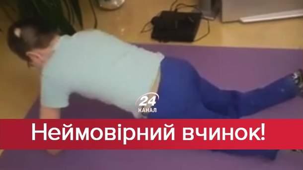 Хлопець з ампутованими кінцівками відтискається