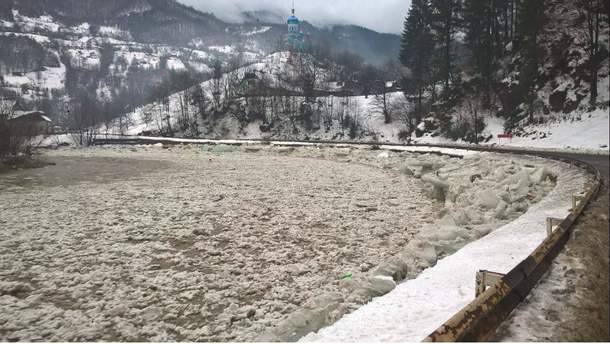 На Закарпатье бушуют паводок и движение льда