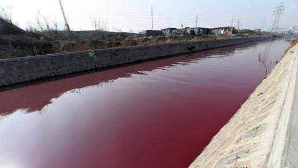 Река в Китае стала красной
