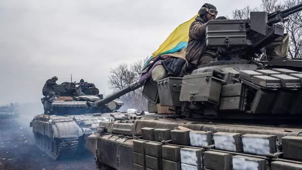 Украинские военные едут на танках