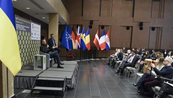 Арсеній Яценюк під час П'ятого Київського безпекового форуму для молоді
