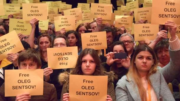 Флешмоб в поддержку Сенцова