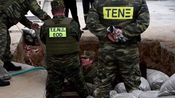 Подготовка к ликвидации бомбы в Греции