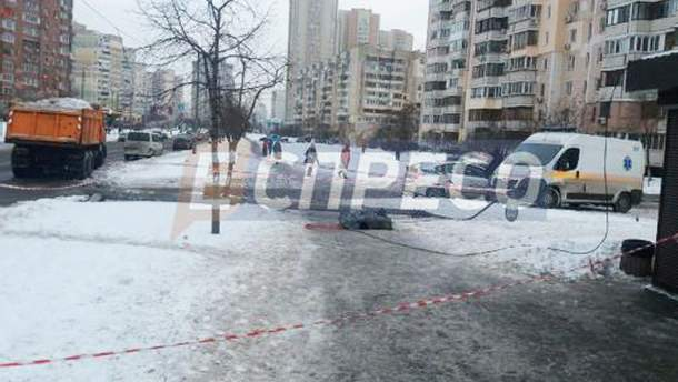 Чоловік загинув через падіння електроопори у Києві