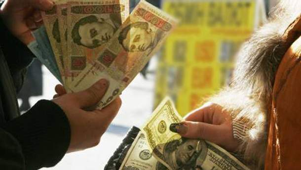 Гривня відіграла у долара ще кілька копійок
