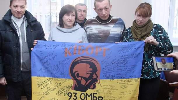 Микола Лаврик з волонтерами і подарований прапор