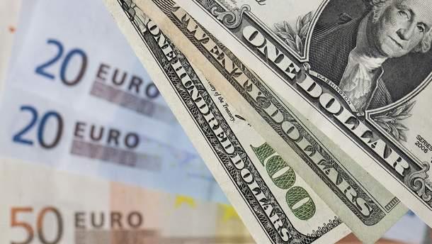 Долар дешевшає, євро дорожчає