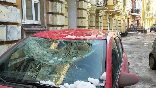 Авто постраждало через обвал снігу з даху будинку