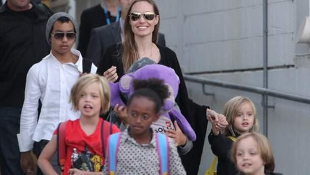 Анджелина Джоли с детьми посетила Камбоджу