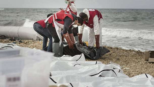 На пляж в Ливии вынесло тела утопленников