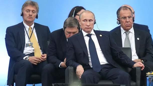 Владимир Путин и его приспешники: Дмитрий Песков и Сергей Лавров