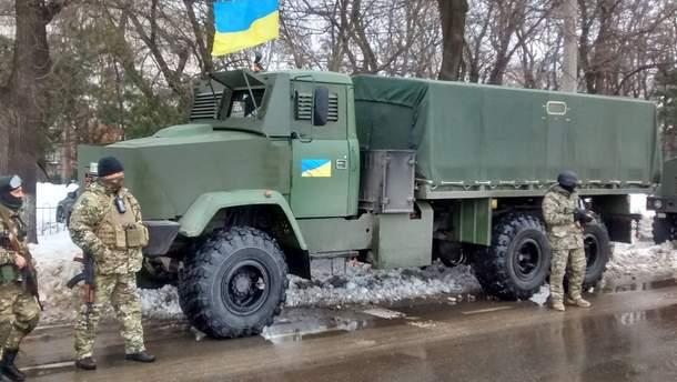 Военные возле грузовика