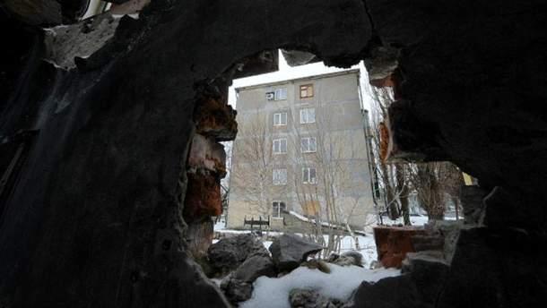 Последствия обстрелов на Донбассе