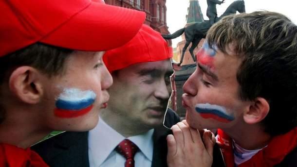 Россияне целуют портрет Владимира Путина