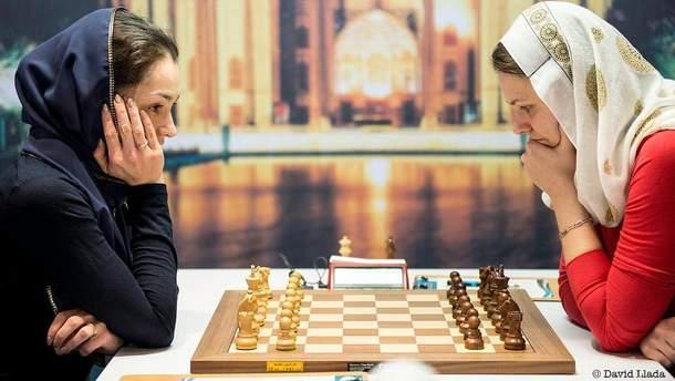 Анна Музычук (справа) в двух партиях победила Александру Костенюк (слева)