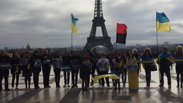 Активісти біля Ейфлевої вежі