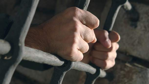Чоловік за ґратами