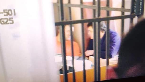 Насиров в оранжевом свитере сидит в кресле судьи