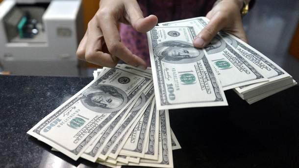 Долар знову дешевшає