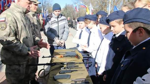 Окупанти привчають до зброї кримчан з дитинства