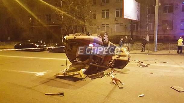 Авто такси перевернулось на крышу от удара
