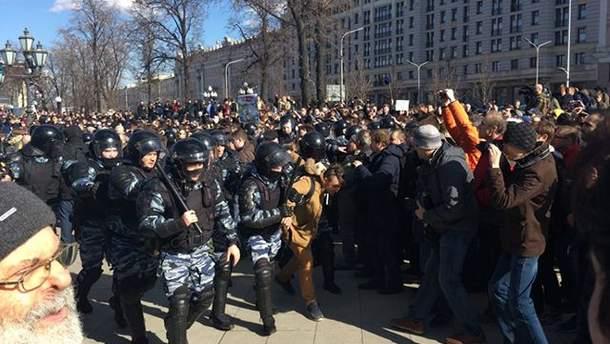 Силовики Москви зачищають площу з мітингувальниками