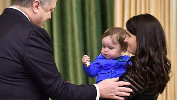 Зворушлива мить: Порошенко передав військову нагороду маленькому сину загиблого бійця АТО