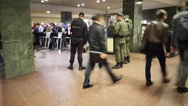 Киевское метро усиленно охраняют полицейские и бойцы НГУ