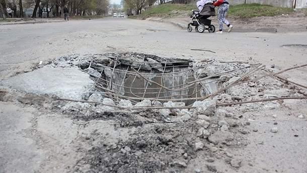 В такую яму колесом провалилась огромная фура