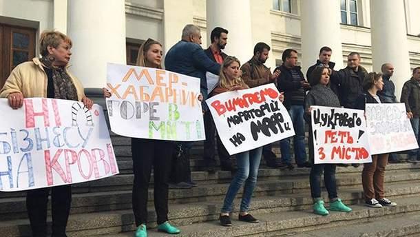 Полтавчани прийшли з протестами під мерію