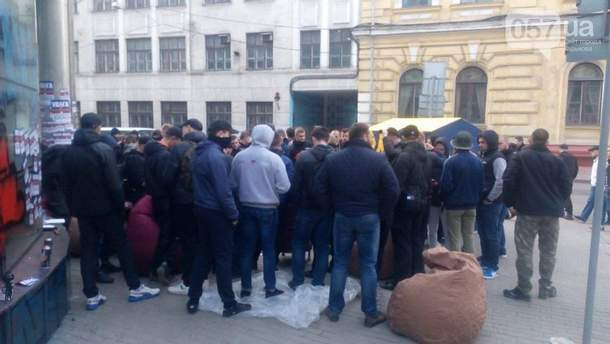 """Активисты возле """"Сбербанка"""" в Харькове"""