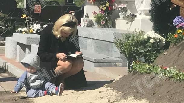 Максакова с сыном на могиле мужа