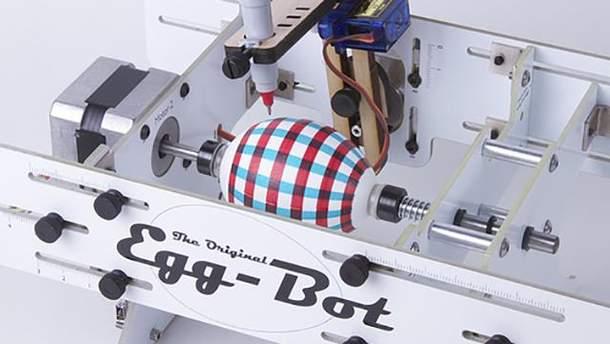 Робот створює візерунок на великодньому яйці