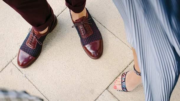 А ви знімаєте взуття у гостях?