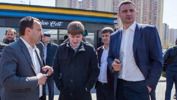 Виталий Кличко во время инспекции демонтажа незаконного автогазозаправочного пункта на ул. Григоренко.