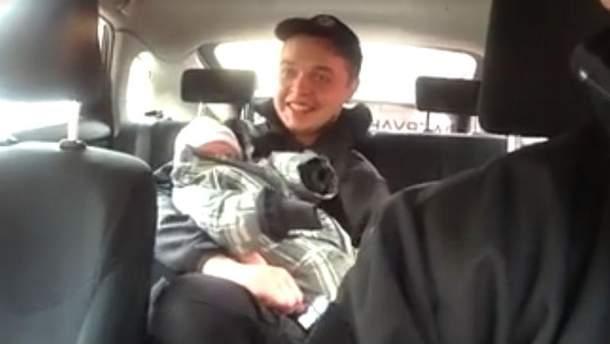 Поліцейський з немовлям
