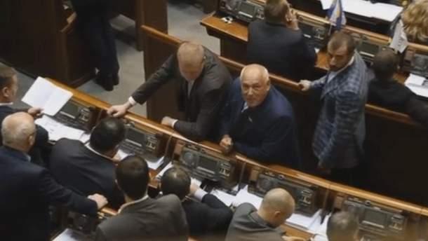 Депутат показує язика