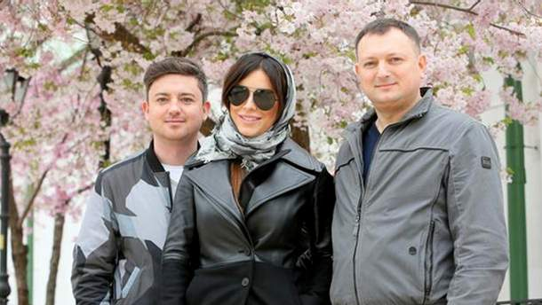 Ані Лорак з братами гуляє по Андріївському узвозу