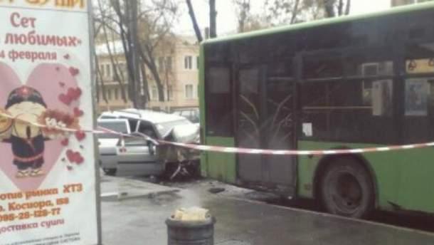 Легковушка врезалась в автобус