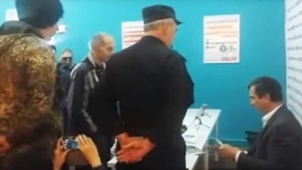 """Передвиборний штаб Олексія Навального атакували люди в формі """"казаків"""""""